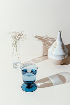 Vaso con agua en la mesa