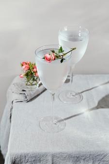 Vaso de agua con pétalos de flores