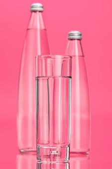 Vaso de agua en rosa