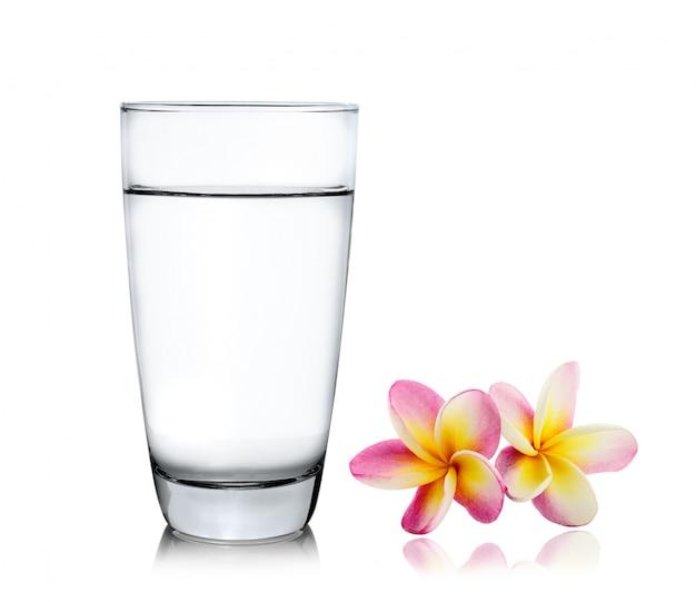 Vaso de agua y sandía aislado sobre fondo blanco.