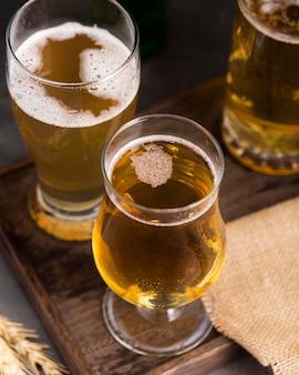 Vaso alto ángulo con cerveza