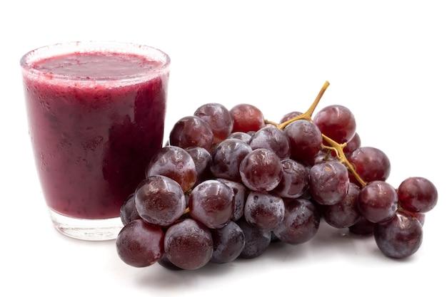 Vaso de batido de jugo de uva sobre fondo blanco