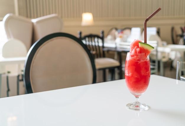 Vaso de batido de sandía fresca en la mesa en el café restaurante