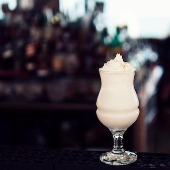 Vaso de bebida con crema batida.