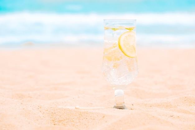 Vaso de bebida fresca con rodajas de limón.