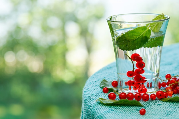 Vaso de bebida con grosella roja