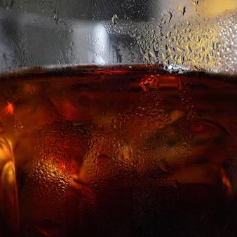 Vaso con bebida marrón