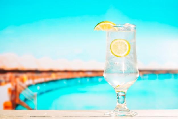 Vaso de bebida sabrosa fresca de verano con limón
