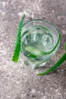Vaso de bebida sana de aloe vera