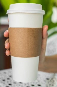 Vaso de café con cartón para agarrarlo