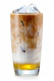 Vaso de café helado con jarabe aislado en blanco