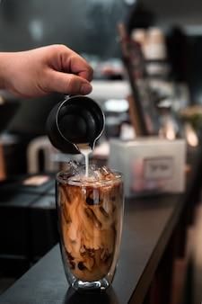 Vaso de café helado con leche en la mesa