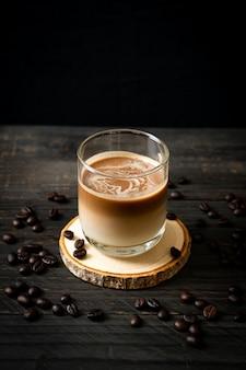 Vaso de café con leche, café con leche en la mesa de madera