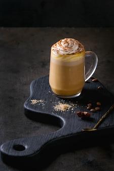 Vaso de café con leche de calabaza