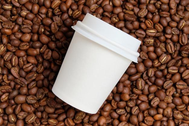 Un vaso de café con un lugar para burlarse de los granos de café.