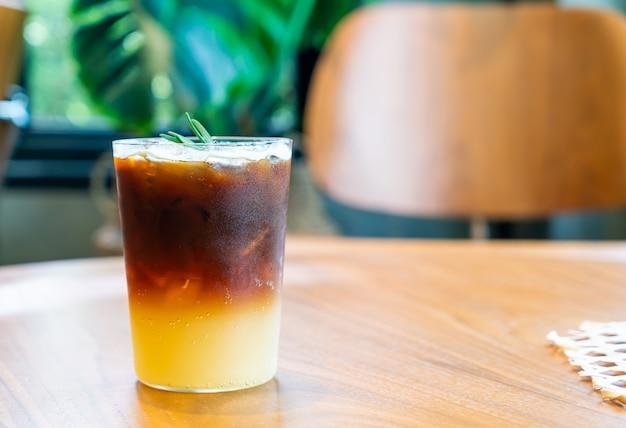 Vaso de café naranja yuzu en cafetería cafetería restaurante