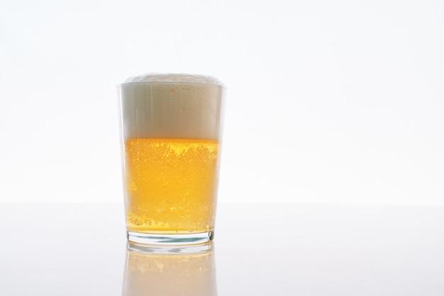 Vaso con cerveza aislado en blanco