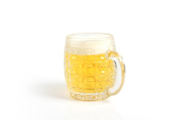 Vaso de cerveza aislado sobre un fondo blanco de superficie