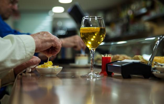 Vaso de cerveza y aperitivo