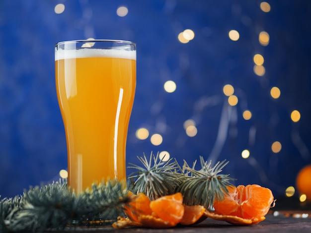 Un vaso de cerveza artesanal festiva de navidad en un azul. fiesta de celebración