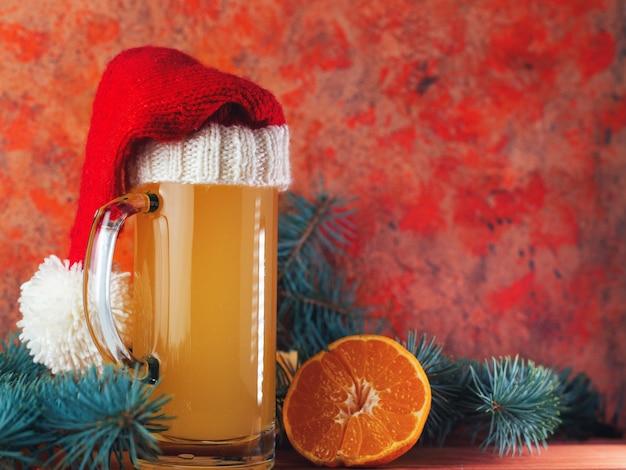 Un vaso de cerveza artesanal navideña con naranjas