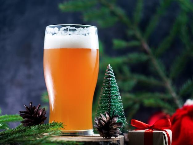 Un vaso de cerveza artesanal navideña