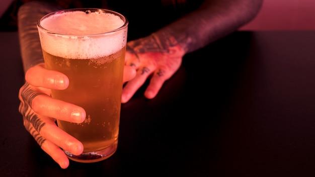 Vaso de cerveza en bar