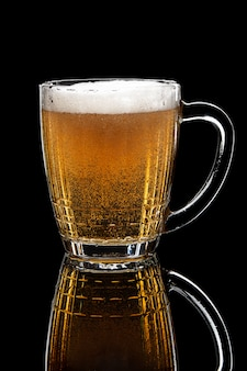 Vaso de cerveza de barril en mesa negra