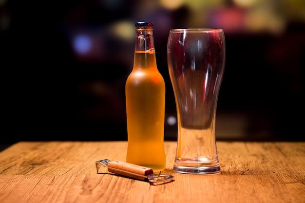 Vaso de cerveza con botella y abridor