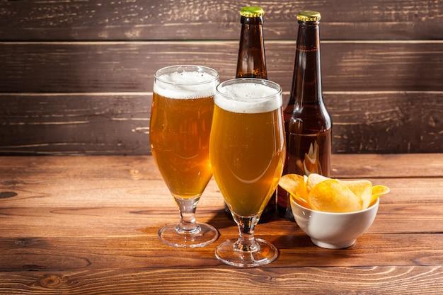 Vaso de cerveza y botella de cerveza