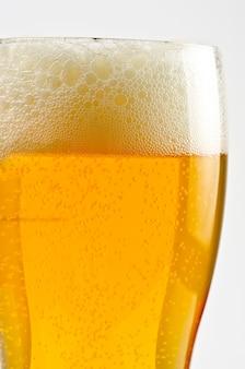 Vaso de cerveza closeup en un espacio en blanco