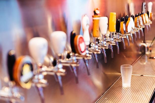 Vaso de cerveza congelada con grifos de cerveza con nadie. enfoque selectivo concepto de alcohol estilo vintage.