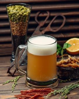 Un vaso de cerveza con espuma.