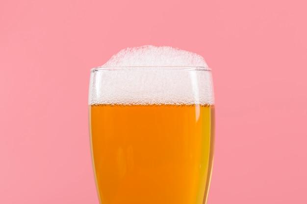 Vaso con cerveza y espuma