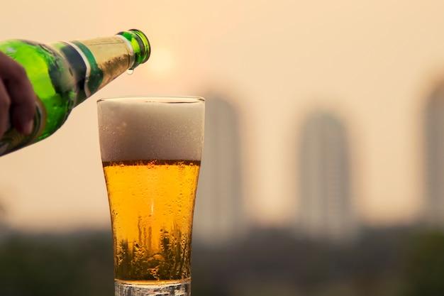 Vaso de cerveza y fondo puesta del sol