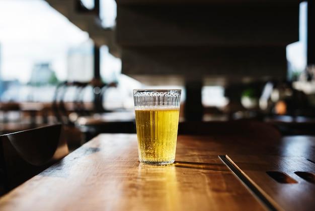 Un vaso de cerveza fría