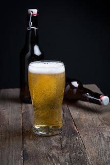 Vaso de cerveza lager y una botella.