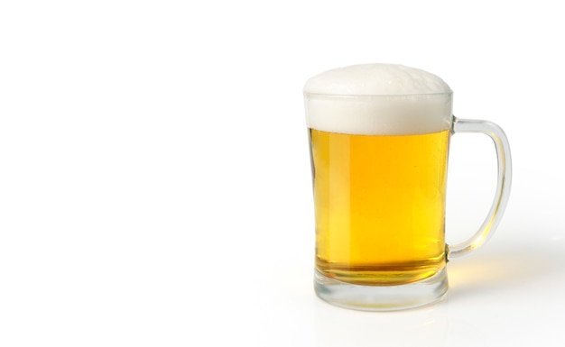 Vaso de cerveza light set aislado sobre fondo blanco.