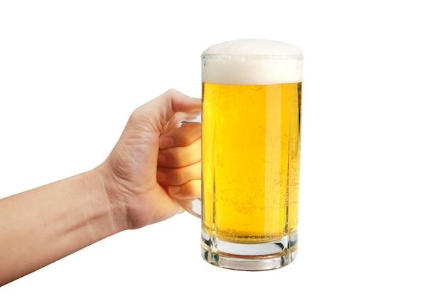 Vaso de cerveza en mano aislado sobre fondo blanco.