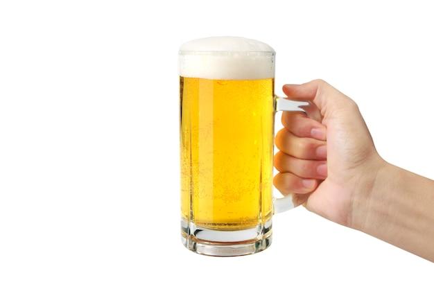 Vaso de cerveza en mano aislado