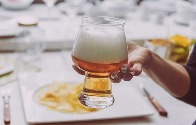 Vaso de cerveza en las manos