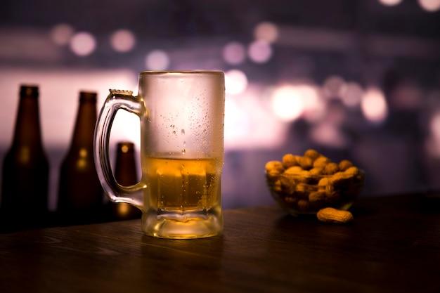 Vaso de cerveza medio vacío