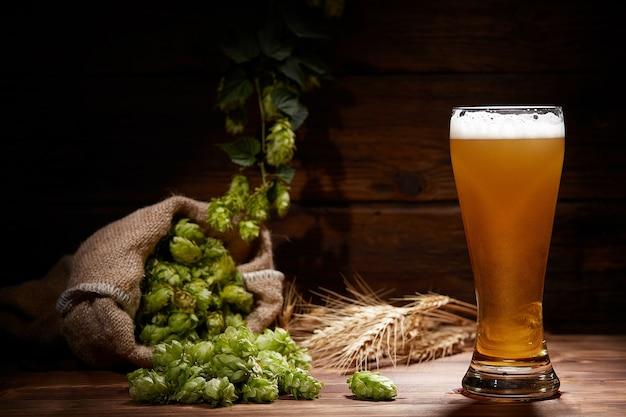 Vaso de cerveza en una mesa de madera. oktoberfest