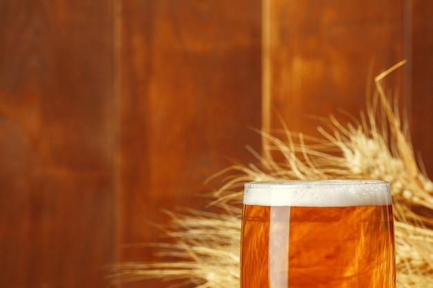 Vaso de cerveza en la mesa de madera