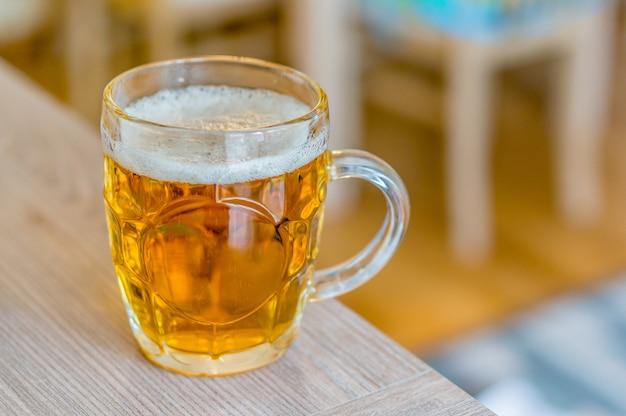 Vaso de cerveza en una mesa de madera