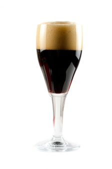 Vaso de cerveza oscura aislado en un espacio en blanco