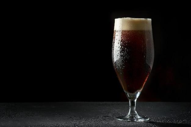 Vaso de cerveza oscura