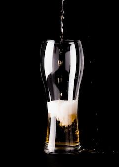 Vaso de cerveza siendo llenado