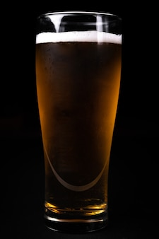 Vaso de cerveza sobre fondo negro