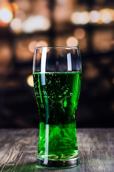 Vaso de cerveza verde